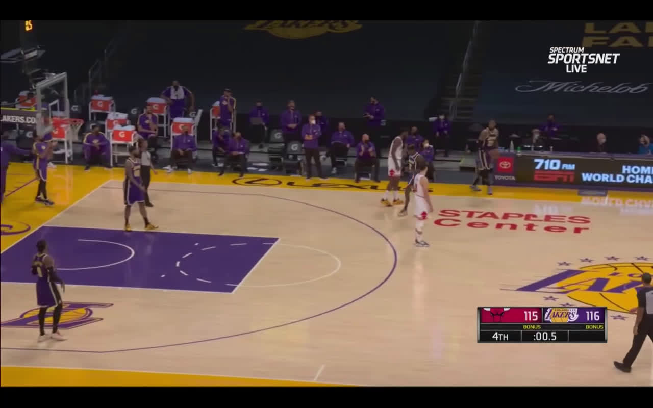 [Highlight] 1000IQ play by the Lakers to run away with the victory