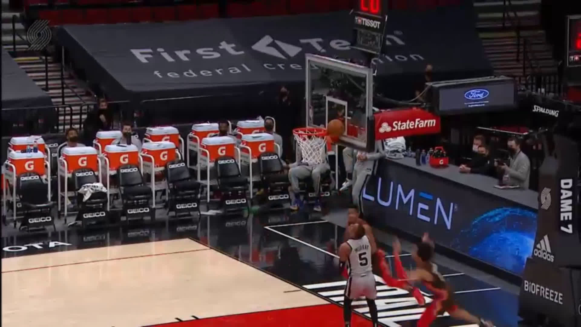 [Highlight] Anfernee Simons with the incredibly rare block wedgie