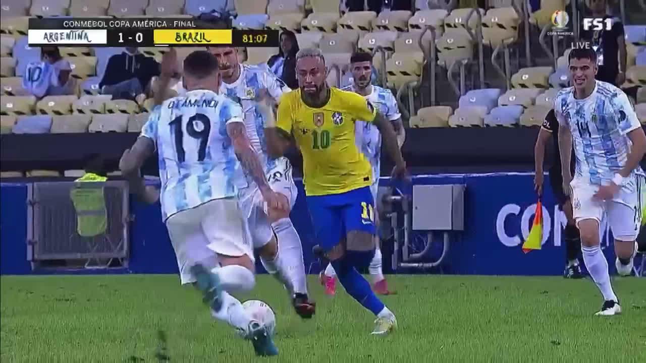 Otamendi harsh challenge on Neymar 80'
