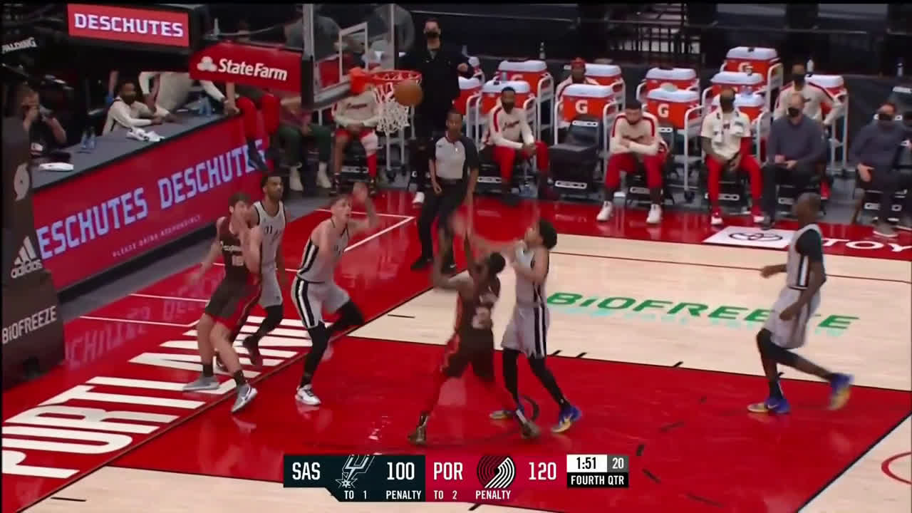 [Highlight] Keljin BlevGod hangs for the pretty putback to wrap up the Blazers' win