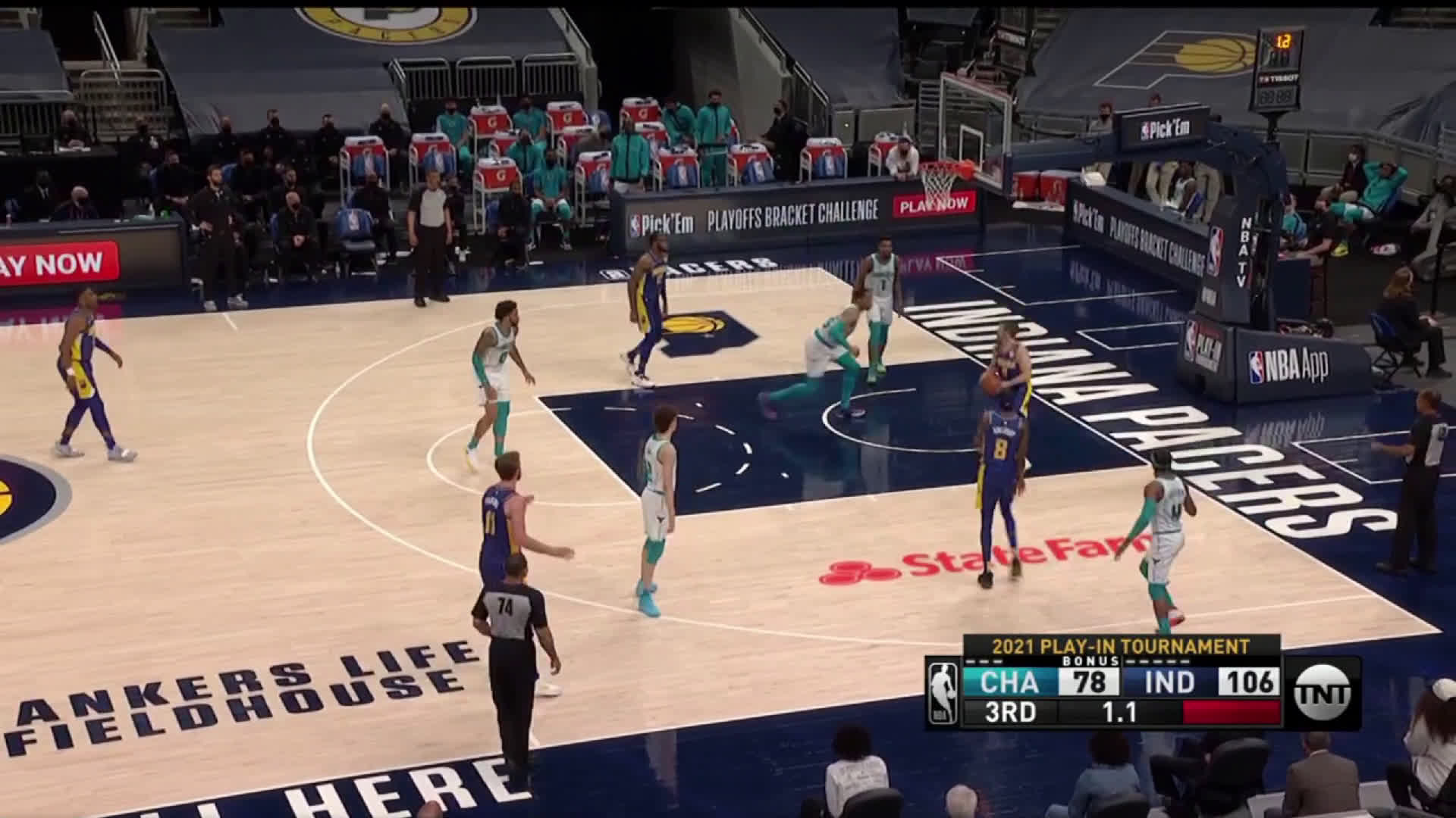 [Highlight] Hornets forgets about TJ Mcconnell as he snakes in for an open shot to beat the 3rd quarter buzzer.