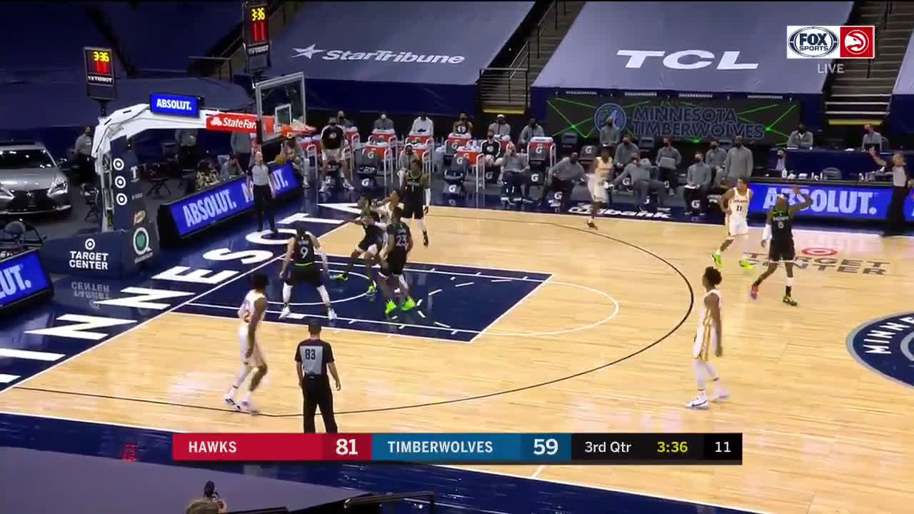 [Highlight] Trae Young hits the stepback 3 to give him 40 points on the night.