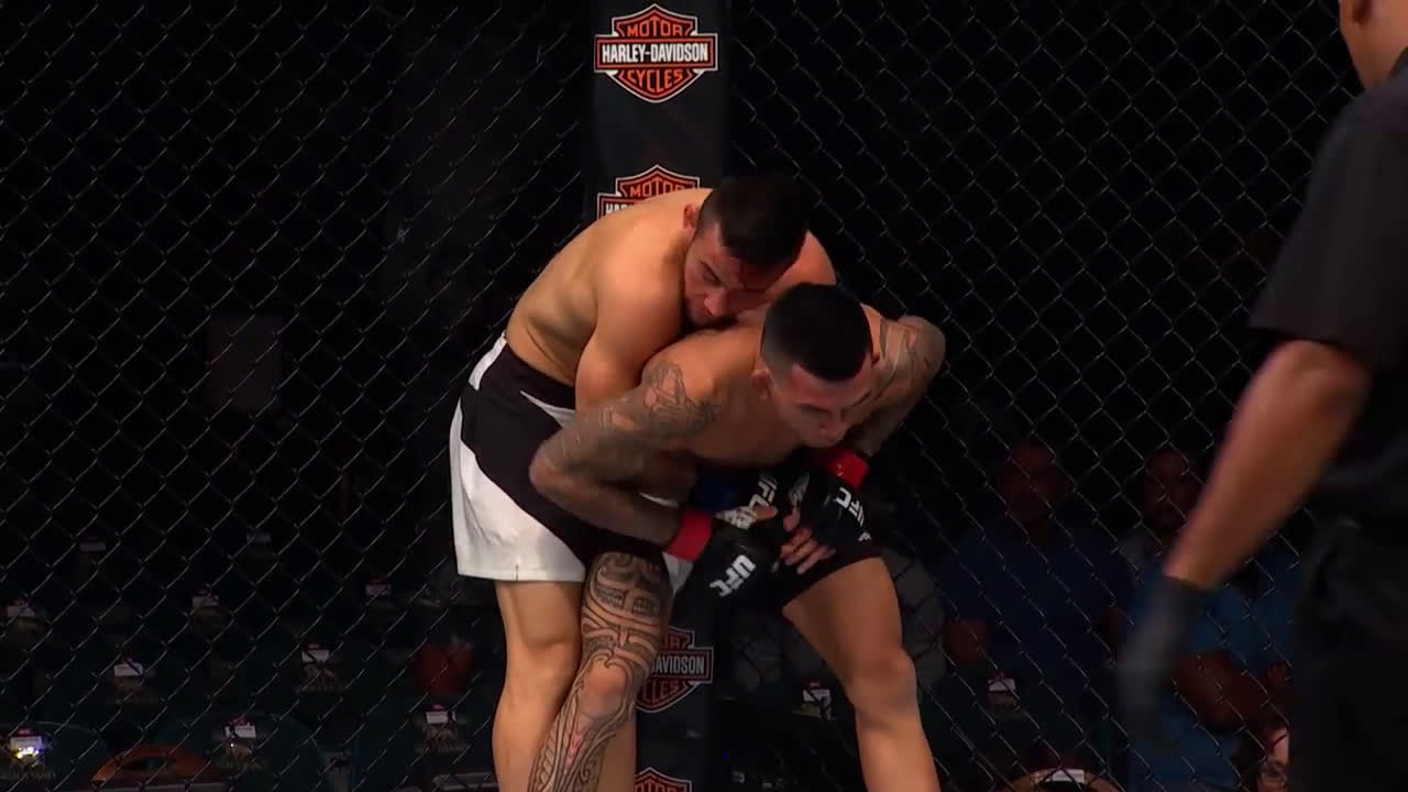 Pedro Munhoz hits a nasty arm-in guillotine on Russell Doane