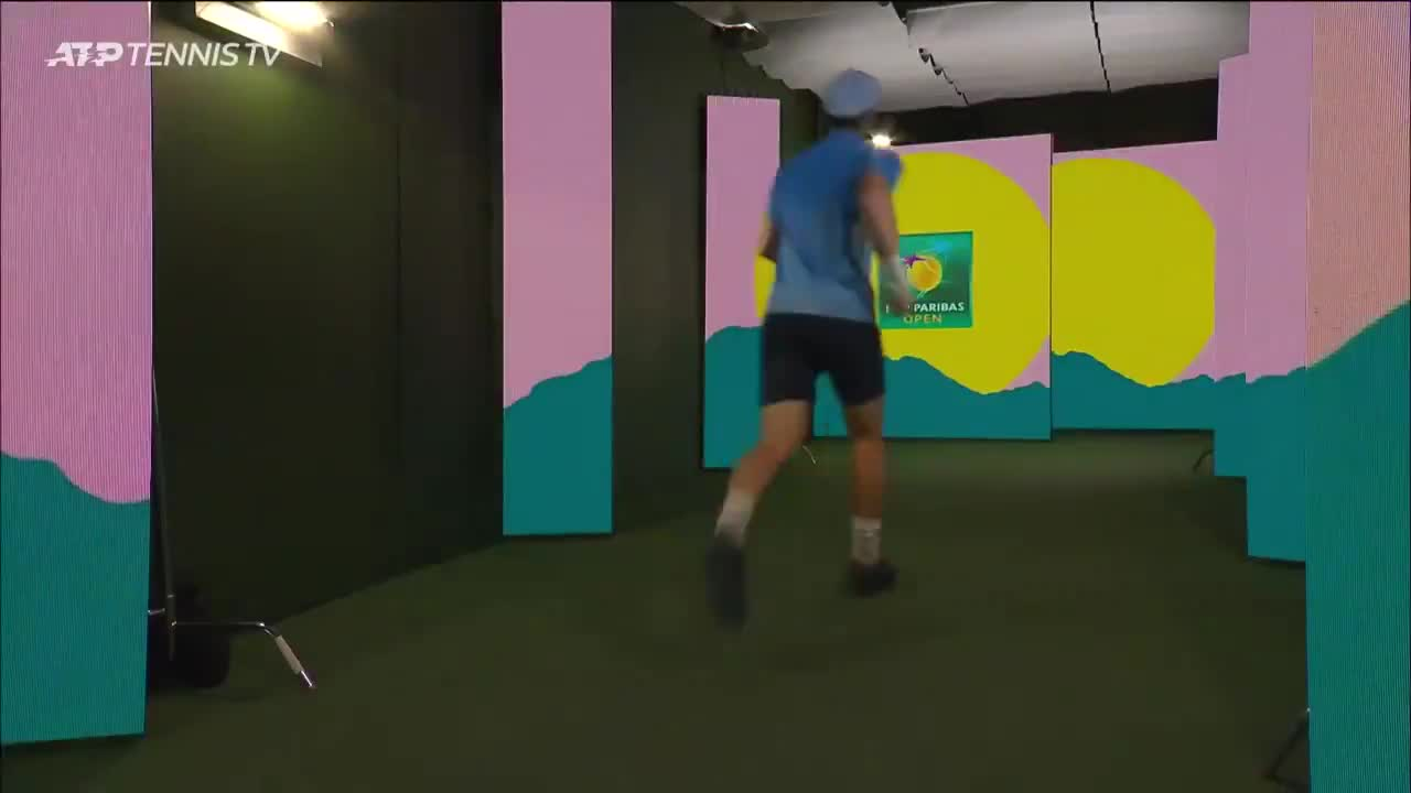Andy racing to the bathroom as Zverev is dealing with shoelaces