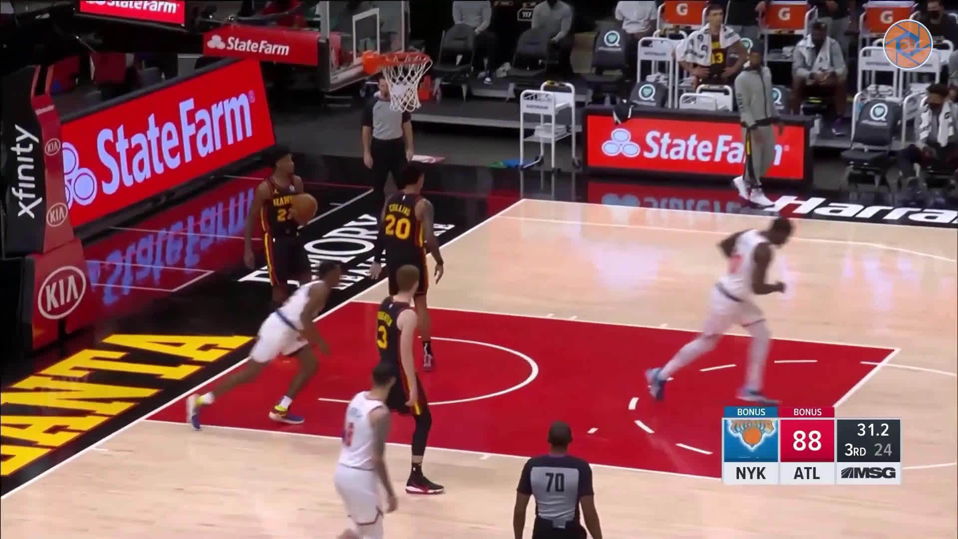 [Highlight] Immanuel Quickley dekes two Hawks defenders for the easy dunk