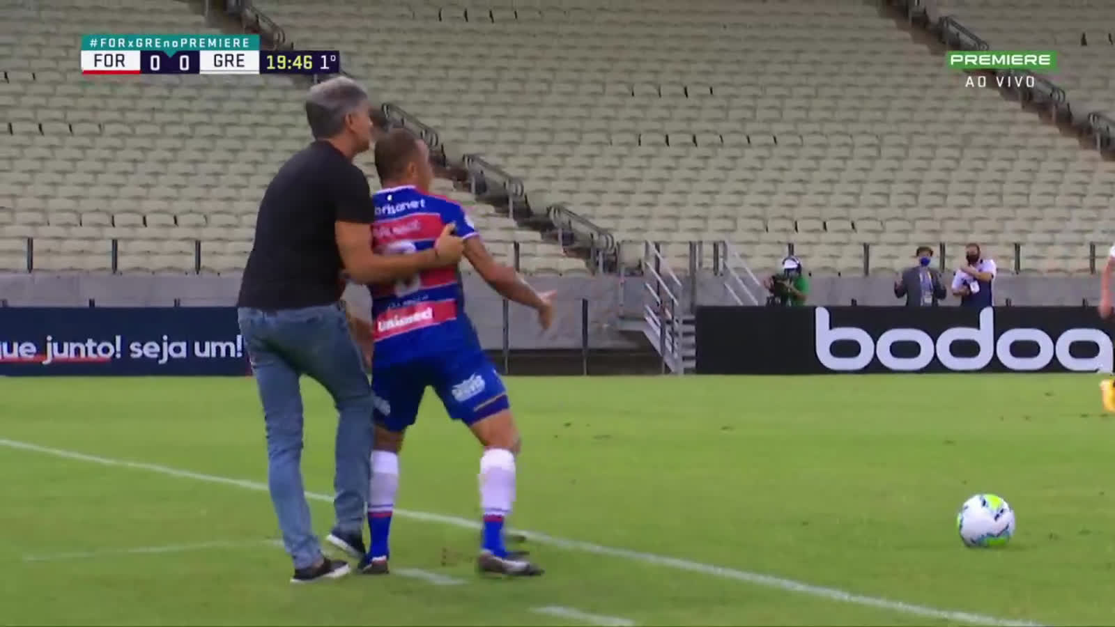 Renato Gaúcho (Grêmio's Manager) stops the Fortaleza player with a foul