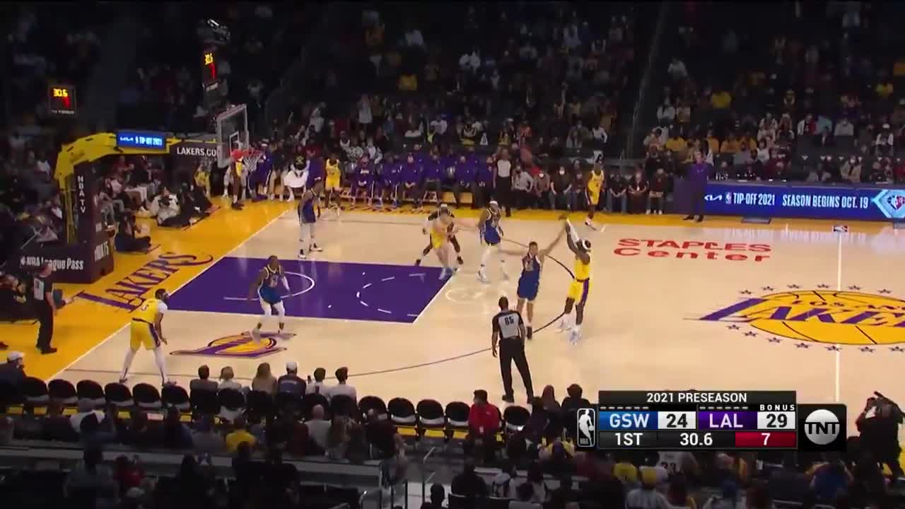 [Highlight] LeBron hits his classic step back three