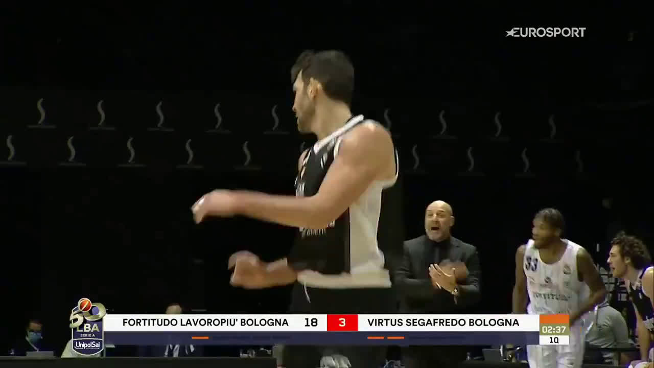 [Highlight] Milos Teodosic with an absurd assist today in Italian Serie A